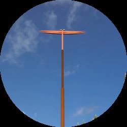 ○△□の塔と赤とんぼの写真